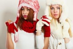 2 девушки с обмундированием зимы Стоковая Фотография RF