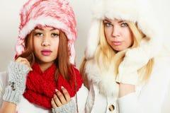 2 девушки с обмундированием зимы Стоковые Фото