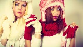 2 девушки с обмундированием зимы Стоковое Фото