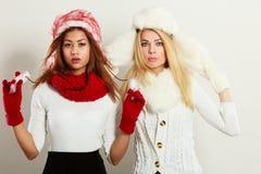 2 девушки с обмундированием зимы Стоковое Изображение RF