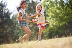 2 девушки с обручем hula Стоковые Фото