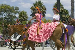 2 девушки с довольно испанскими платьями во время дня открытия проходят парадом вниз с улицы положения, Санта-Барбара, CA, старых Стоковая Фотография