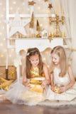2 девушки с подарками на рождество Стоковое фото RF