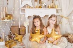 2 девушки с подушками звезды Стоковая Фотография