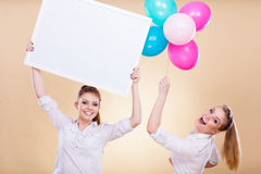 2 девушки с пустыми доской и воздушными шарами Стоковые Фото