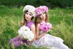 2 девушки с розовым венком пиона Стоковая Фотография