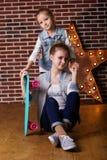 2 девушки с скейтбордом в студии Стоковое Изображение RF