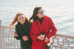 2 девушки с устройством Стоковая Фотография