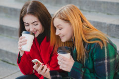 2 девушки с устройством Стоковые Изображения RF