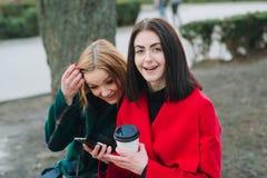 2 девушки с устройством Стоковое Фото