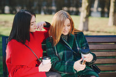 2 девушки с устройством Стоковые Фотографии RF