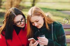 2 девушки с устройством Стоковые Фото