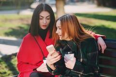 2 девушки с устройством Стоковая Фотография RF