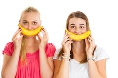 2 девушки с улыбкой банана Стоковые Фотографии RF