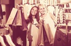 2 девушки с хозяйственными сумками в магазине Стоковое Изображение