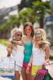 3 девушки с хозяйственными сумками и идут ходить по магазинам Стоковые Изображения