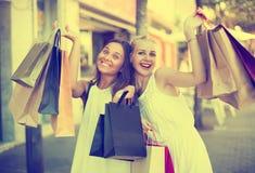 2 девушки с хозяйственными сумками outdoors Стоковые Фотографии RF