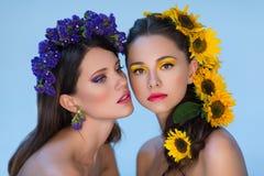 2 девушки с цветками в волосах Стоковое Фото