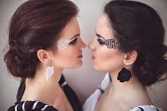 2 девушки с черно-белым составом фантазии Стоковые Изображения