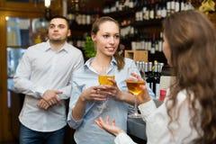 2 девушки с человеком на баре Стоковая Фотография RF