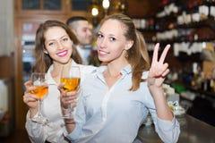 2 девушки с человеком на баре Стоковые Фото