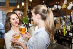 2 девушки с человеком на баре Стоковая Фотография