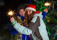 2 девушки с шампанским рождества outdoors Стоковое Фото