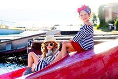 2 девушки с шлюпкой Стоковые Фотографии RF