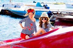 2 девушки с шлюпкой Стоковые Фото