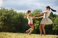 2 девушки танцуя в круге Стоковое Изображение RF