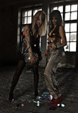 2 девушки танцуя с шариком диско на покинутом доме Стоковое фото RF