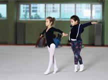 2 девушки тренируют звукомерную гимнастику Стоковые Фото