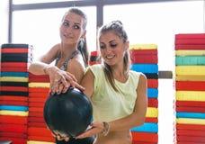 2 девушки тренируя в спортзале Стоковые Изображения