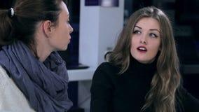 2 девушки указывая на что-то в кафе видеоматериал