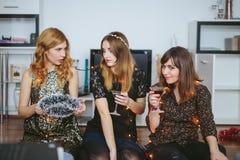 3 девушки украшая их комнату для ` s рождества или Нового Года Стоковые Фото