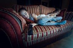 2 девушки упали уснувший на софе пока смотрящ ТВ Стоковое Изображение RF