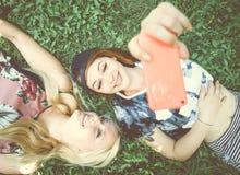 2 девушки усмехаясь на камере Стоковые Фото