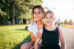 2 девушки усмехаясь совместно в парке Стоковые Фото