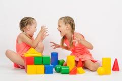 2 девушки устрашают один другого путем играть с блоками Стоковая Фотография