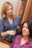 2 девушки утюжа волосы Стоковое Фото