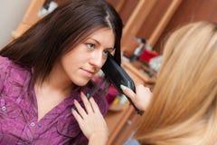 2 девушки утюжа волосы Стоковое Изображение RF