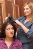 2 девушки утюжа волосы Стоковая Фотография RF