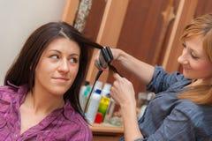 2 девушки утюжа волосы Стоковые Изображения