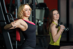 2 девушки утяжеляют тренировку в спортзале Стоковое Изображение RF