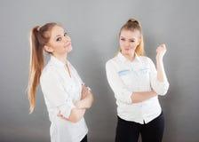 2 девушки лучших другов женщин жизнерадостных имея потеху Стоковое фото RF