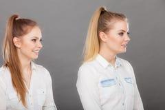 2 девушки лучших другов женщин жизнерадостных имея потеху Стоковое Изображение