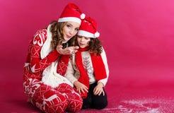 2 девушки дуют поддельный снег в студии Стоковое Фото
