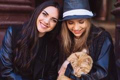 2 девушки улицы с котом Стоковое Фото