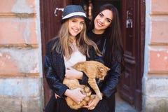 2 девушки улицы с котом Стоковое Изображение