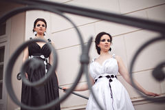 2 девушки - черно-белая концепция Стоковые Изображения